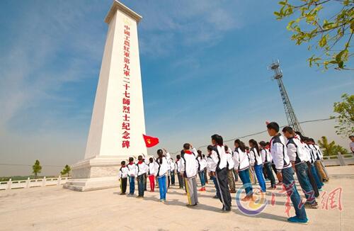老河口 百余名少先队员在纪念碑前的宣誓
